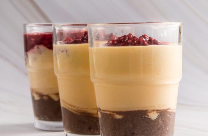 desert u čaši sa limunom, malinama i čokoladom
